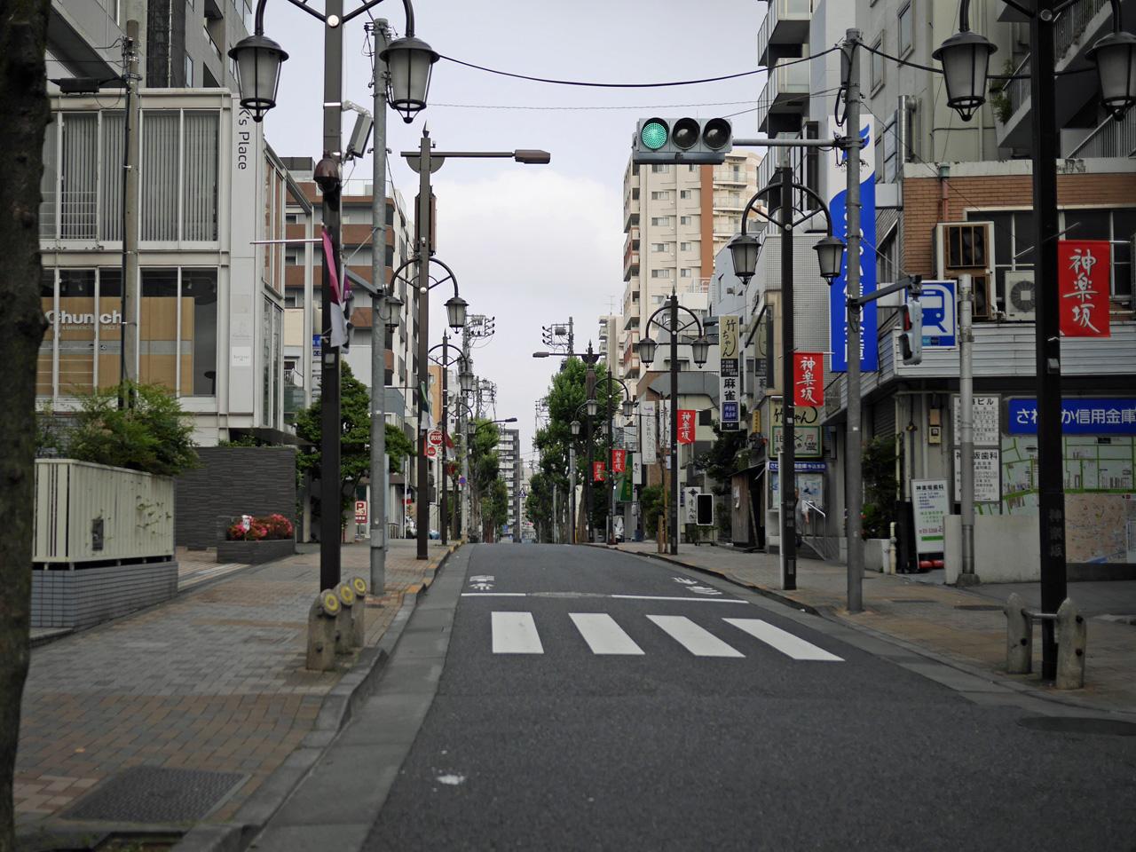 早稲田通りで神楽坂を通り抜ける