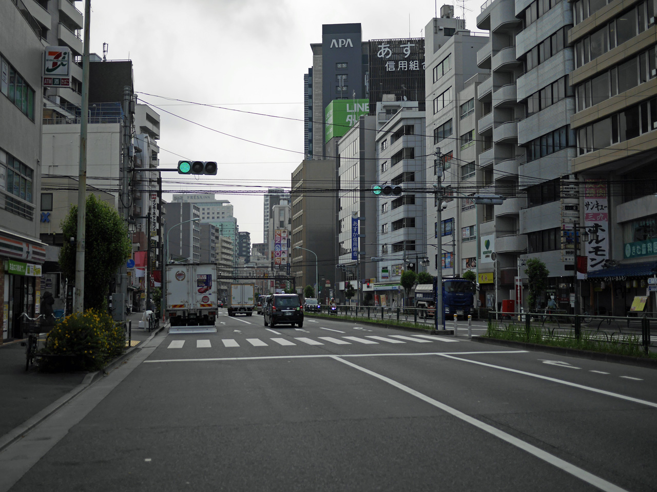 職安通りで新宿歌舞伎町の北縁を東進