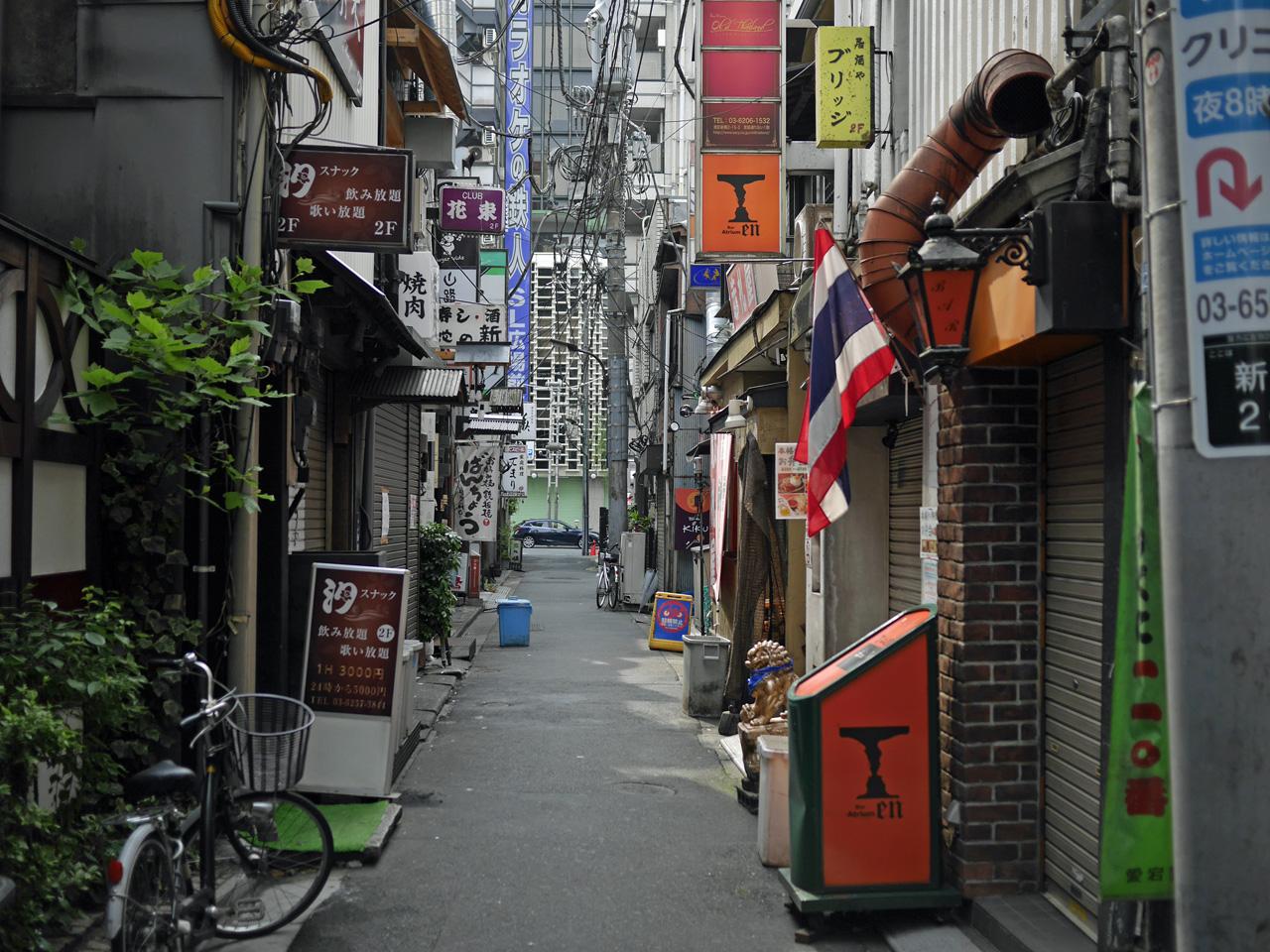 新橋駅日比谷口の飲食店街小路