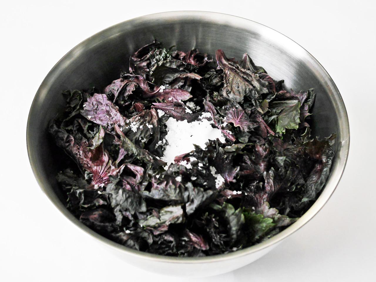 赤シソの葉を粗塩で揉む