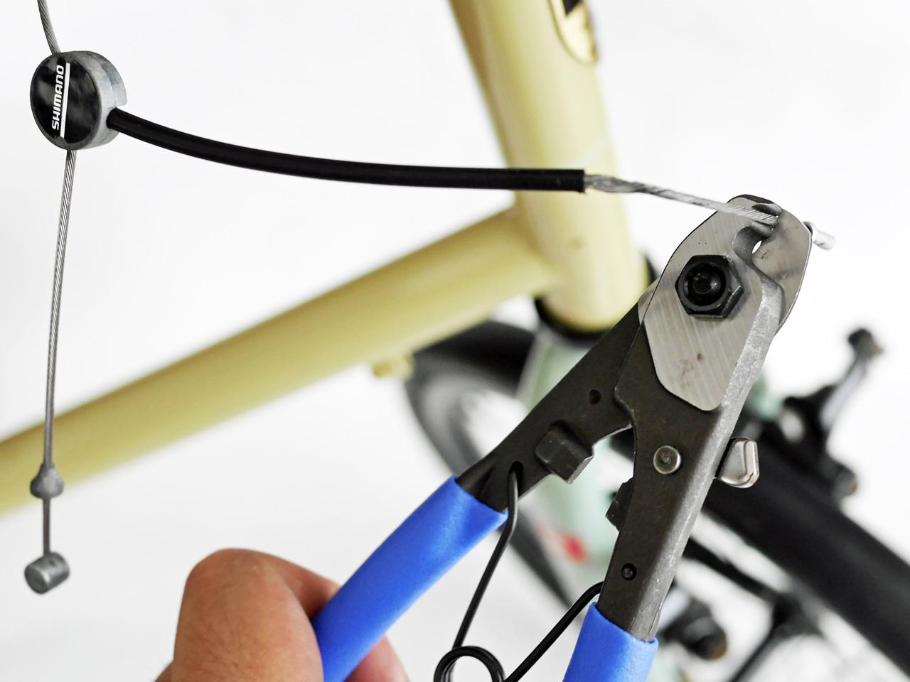 ブレーキのインナーケーブルを切断する