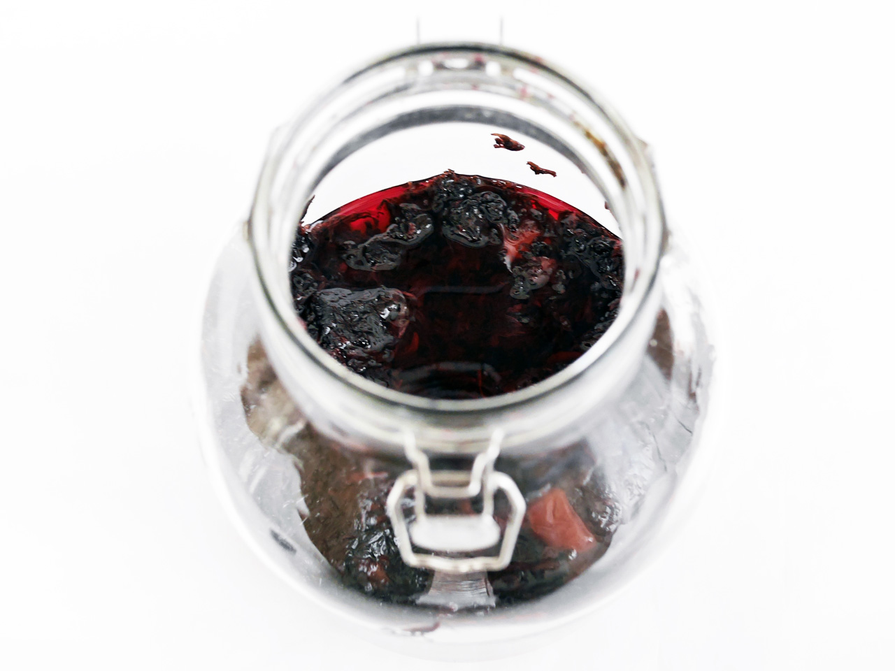 梅を漬けている密封ビンから重石のビニール袋を取り出す