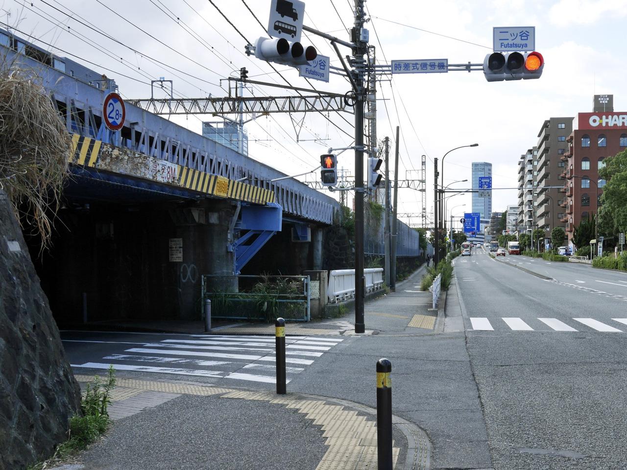 二ッ谷交差点を左折して第一京浜(国道15号)へ