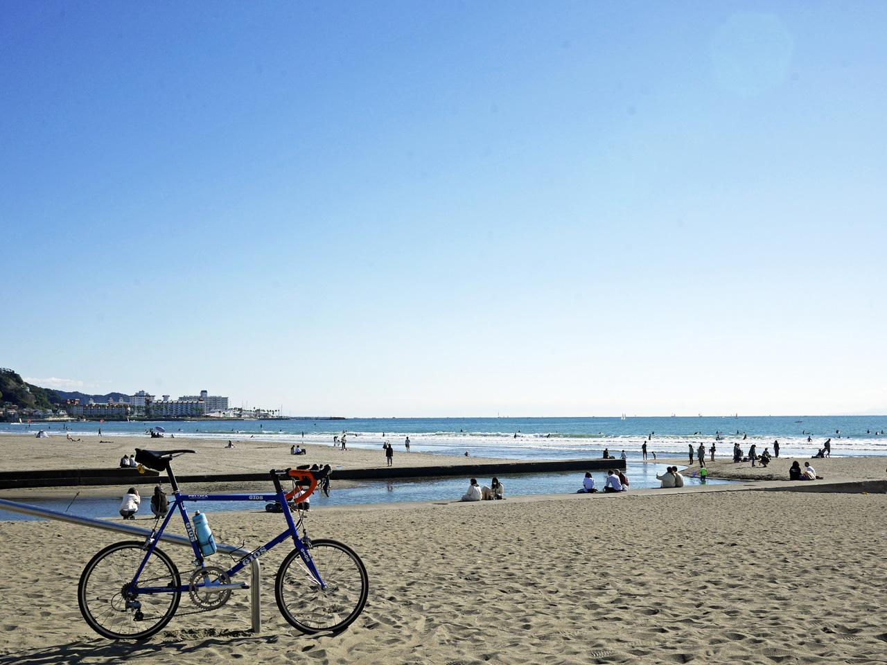 由比ヶ浜で潮風を浴びる GIOS FELUCA