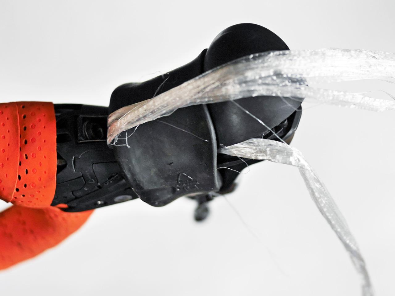 ブラケットカバーの隙間にビニール荷紐を通して引っ張る