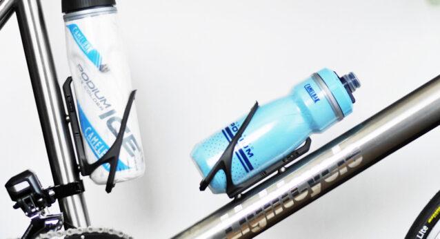 LIBIQ カーボンコンポジットボトルケージ デルタ にボトルを挿入
