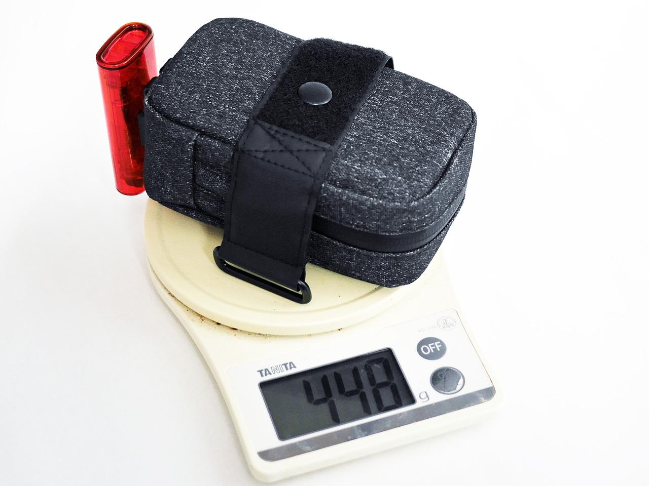 装備品を収納したサドルバッグの重量を計測
