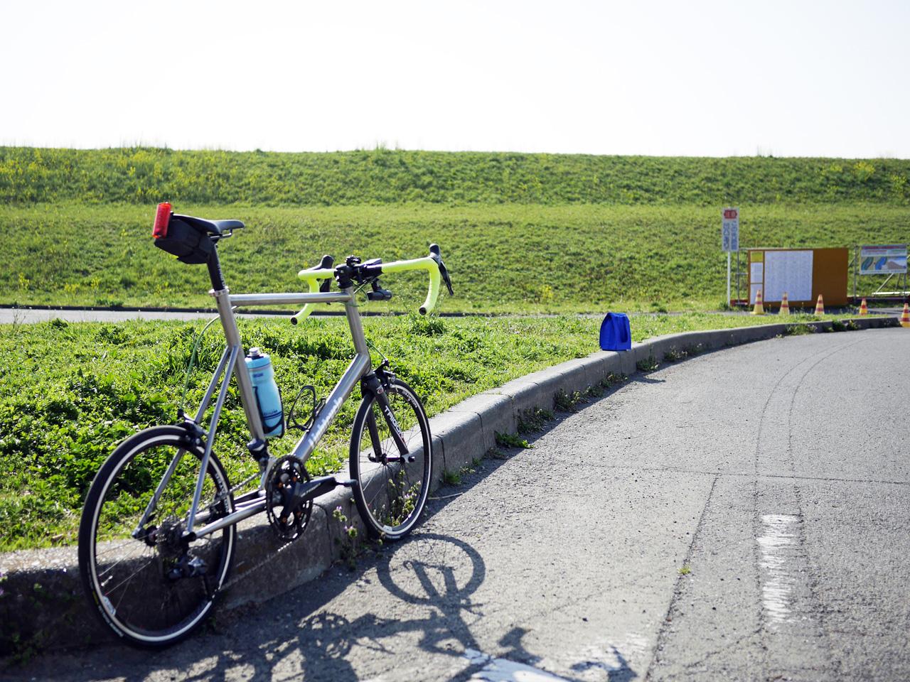 彩湖で チタンミニベロ LIGHTCYCLE Ti451 を停車して小休憩