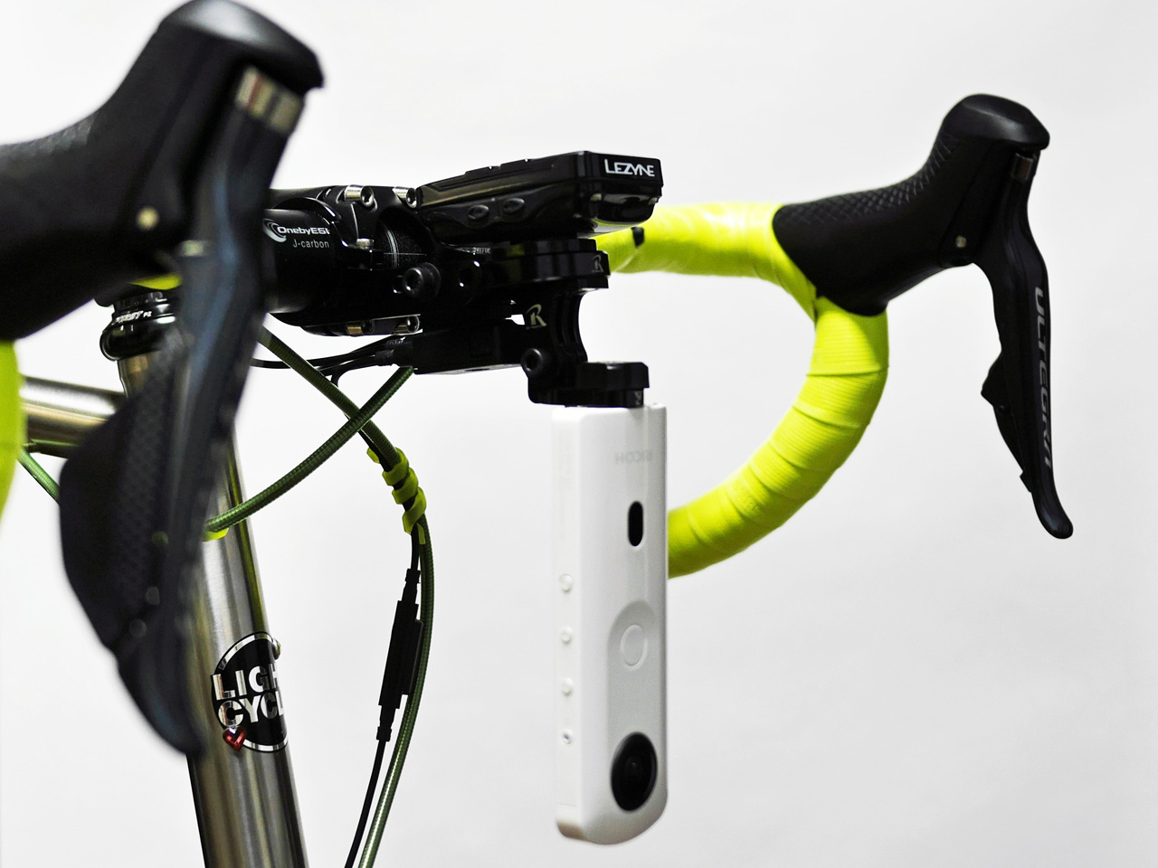 REC-MOUNTS ヘッドライト固定部に THETA を装着