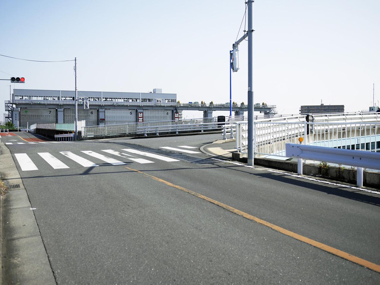 今井水門の手前の瑞穂大橋で新中川を渡河