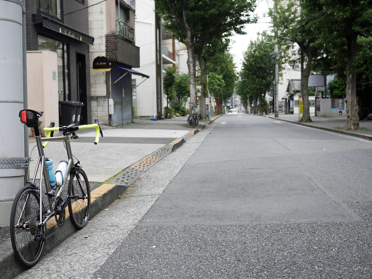 神楽坂の道端にチタンミニベロ LIGHTCYCLE Ti451 を停めて
