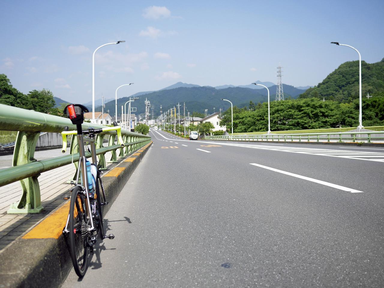 新秋川橋から檜原村の山並みを望む