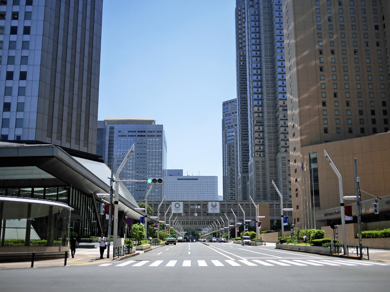 都庁を横目に新宿駅方面へ進む