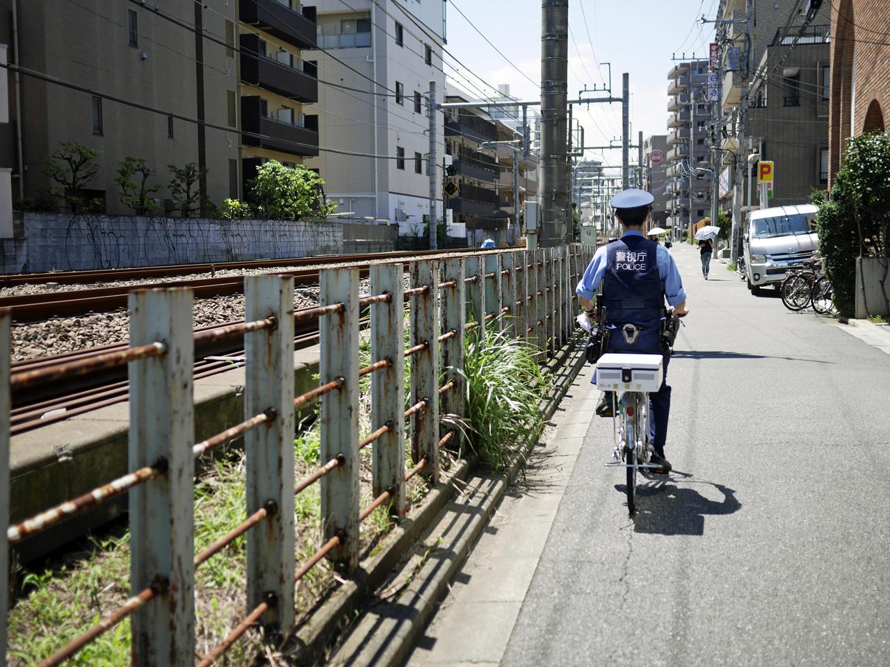西武新宿線に沿って本官さんの後ろを進む