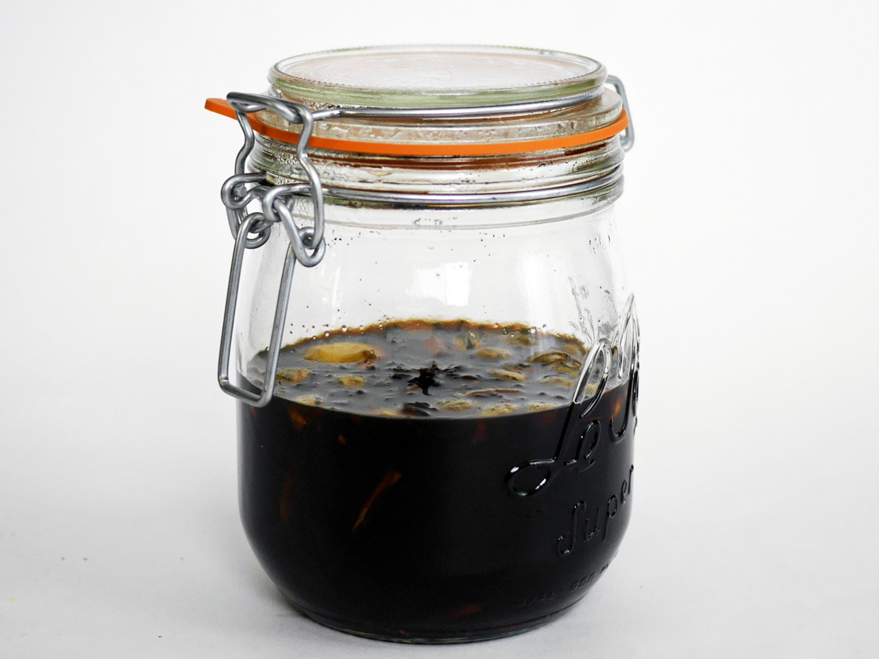 黒糖クラフトコーラのシロップを保存ビンで保管