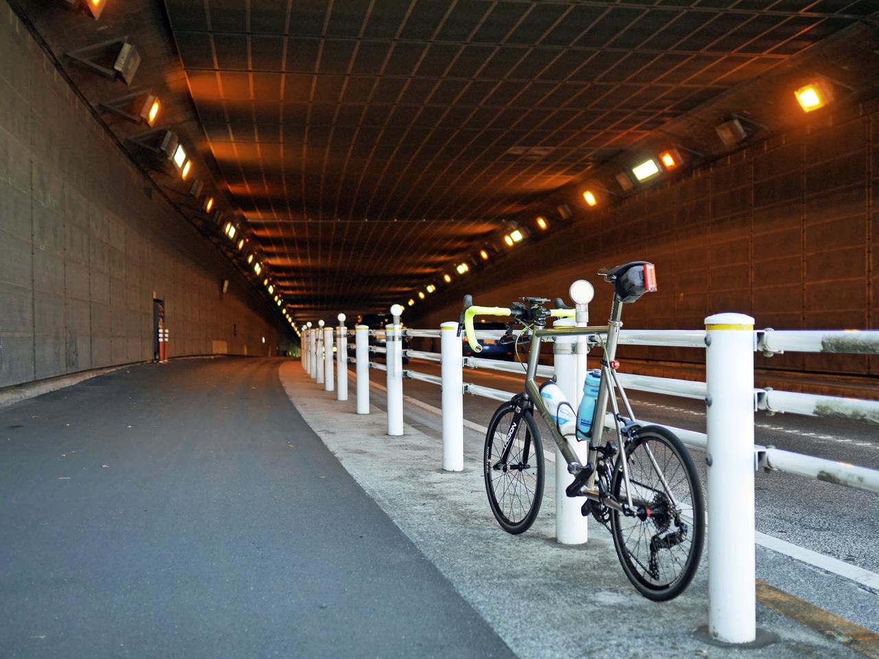 松が谷トンネルに突入する LIGHTCYCLE Ti451